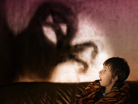 怖くて寝れない原因は現代人に多いアレだった